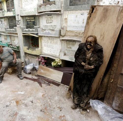 pulitori-tombe-guatemala-corpi-mummie-01