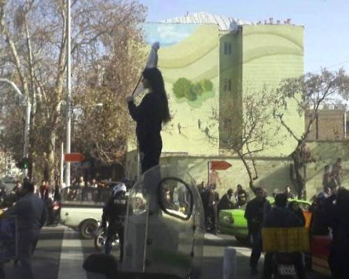 1514830540211.jpg--iran__proteste_e_sangue__arrestata_la_ragazza_senza_velo