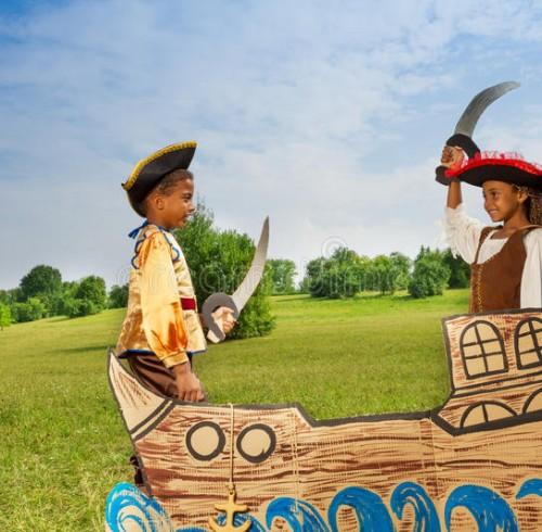 due-bambini-africani-come-pirati-che-duellano-con-le-spade-44815228